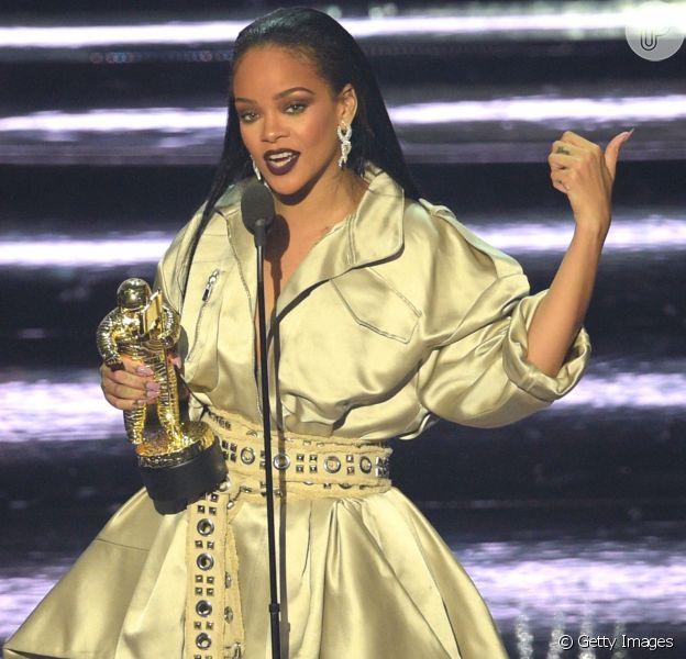 Rihanna brilhou nos palcos do Madison Square Garden ao receber seu vestido dourado de Alexandre Vauthier que usou para receber a homenagem da noite e o prêmio honorário Michael Jackson Video Vanguard entregue pelas mãos de Drake