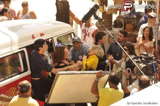 'Amor à Vida': figurantes se divertem em gravação de briga entre Edith (Bárbara Paz) e Márcia (Elizabeth Savala)