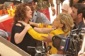 'Amor à Vida': Bárbara Paz e Elizabeth Savala gravam cena de briga na rua