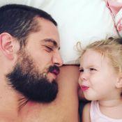 Filha de Rafael Cardoso segue alimentação orgânica: 'Brócolis inteiros na boca'