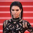No festival de Cannes, em maio deste ano, Kendall Jenner investiu no wet look com fios todos soltos e penteados todo para trás. Para completar o look, a modelo ainda usou maxibrincos para conferir mais sofisticação ao visual