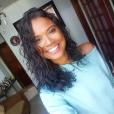 Aline Dias, primeira protagonista negra da novela 'Malhação', exibe tendência wet look em fios naturais