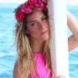 Giovanna Ewbank exibe fios úmidos e inova o styling com uma coroa de flores