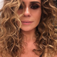 Antes de escurecer as madeixas para interpretar Alice na novela 'Sol Nascente', Giovanna Antonelli arrematou uma produção com cachos abertos e fios com aspecto molhado