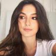 Com fios soltos e naturais, a atriz Marina Moschen apostou em fios úmidos pelo comprimento dos cabelos