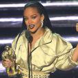 Para o VMA 2016, Rihanna investiu no aspecto molhado com os fios soltos e penteados todo para trás