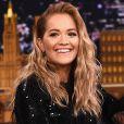 A cantora Rita Ora exibe fios soltos com ondas naturais e topete wet