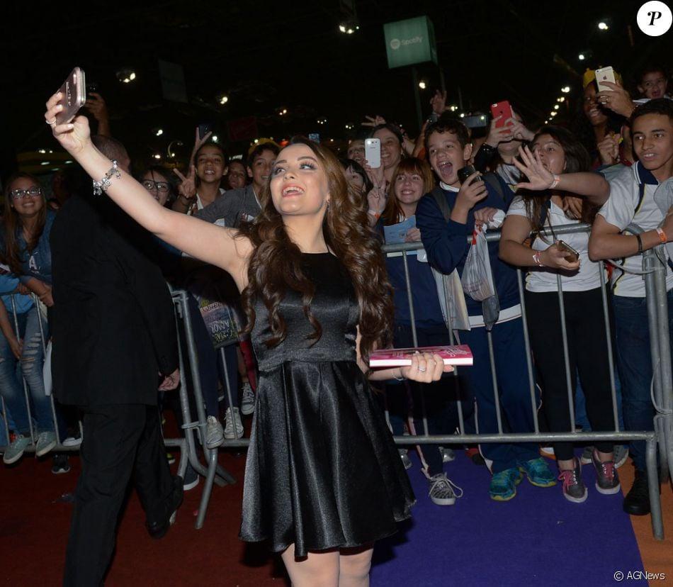Larisssa Manoela fez selfie com os fãs durante lançamento da sua biografia,    039 010e0284de