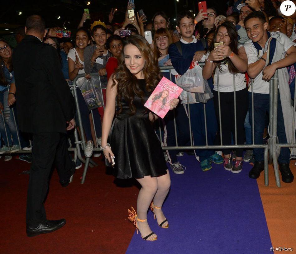Larisssa Manoela recebe o carinho dos fãs durante tarde de autógrafos da sua  biografia,  O Diário de Larissa Manoela, na Bienal do LIvro de São Paulo 9345c8596d