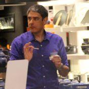 Separado de Fátima Bernardes, William Bonner vai à loja de utensílios de cozinha