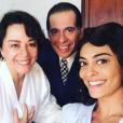 Juliana Paes posa com Leandro Hassum e Nívea Maria nos bastidores das gravações de 'Dona Flor e Seus Dois Maridos'