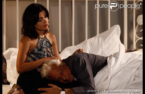 Aline (Vanessa Giácomo) deixa César (Antonio Fagundes) cego e planeja ficar com todo o seu patrimônio, em 'Amor à Vida'