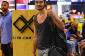 Tiago Iorc avalia vida de solteiro e brinca: 'Relacionamento sério com mochila'