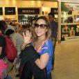 Wanessa Camargo embarca para São Paulo cercada de fãs