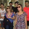 Wanessa Camargo se diverte com fãs antes de viajar para São Paulo