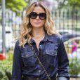 Como a personagem Atena na novela 'A Regra do Jogo', Giovanna Antonelli estava sempre exibindo looks cheios de atitude, como as peças total jeans