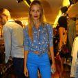 Yasmin Brunet exibe blusa jeans com estampa e calça jeans azul colorida