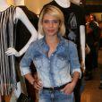 Em um evento de moda, Bruna Lizmeyer exibe um look total jeans com calça destroyed