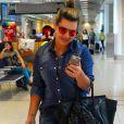 Fernanda Souza embarcou com um look total jeans com mix de estampas nas peças. Para dar mais vida ao visual, a atriz usou um óculos espelhado laranja