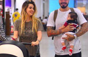 Filho de Aline Gotschalg e Fernando Medeiros rouba a cena em aeroporto. Fotos!