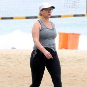 Giulia Gam caminha na orla da praia para manter corpo em forma. Veja fotos!