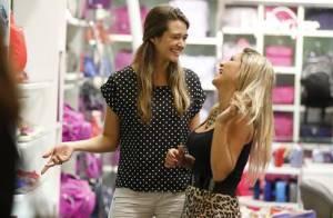 Juliana Paiva, de 'Além do Horizonte', faz compras sorridente em shopping do Rio