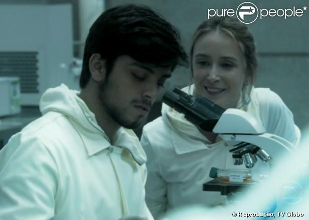 Marlon (Rodrigo Simas) passa uma noite com Angelique (Sabrina Greve) em 'Além do Horizonte', em 16 de dezembro de 2013