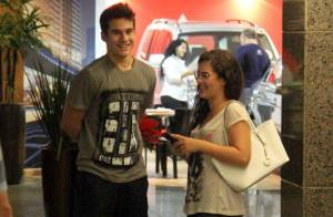 Lívian Aragão e o namorado, Nicolas Prattes, curtem cinema em dia chuvoso no Rio