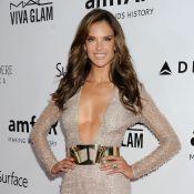 Alessandra Ambrosio usa vestido super decotado no baile da amfAR, em Los Angeles
