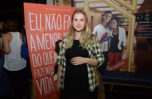 Grávida, Carolinie Figueiredo exibe barrigão em pré-estreia de filme no Rio