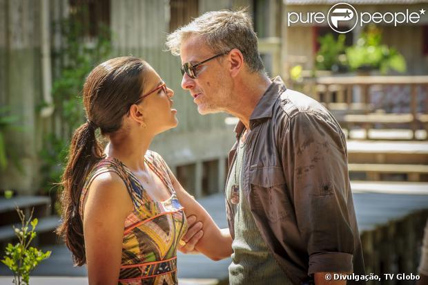 Kléber (Marcello Novaes) beija Celina (Mariana Rios), em 'Além do Horizonte', em 23 de dezembro de 2013