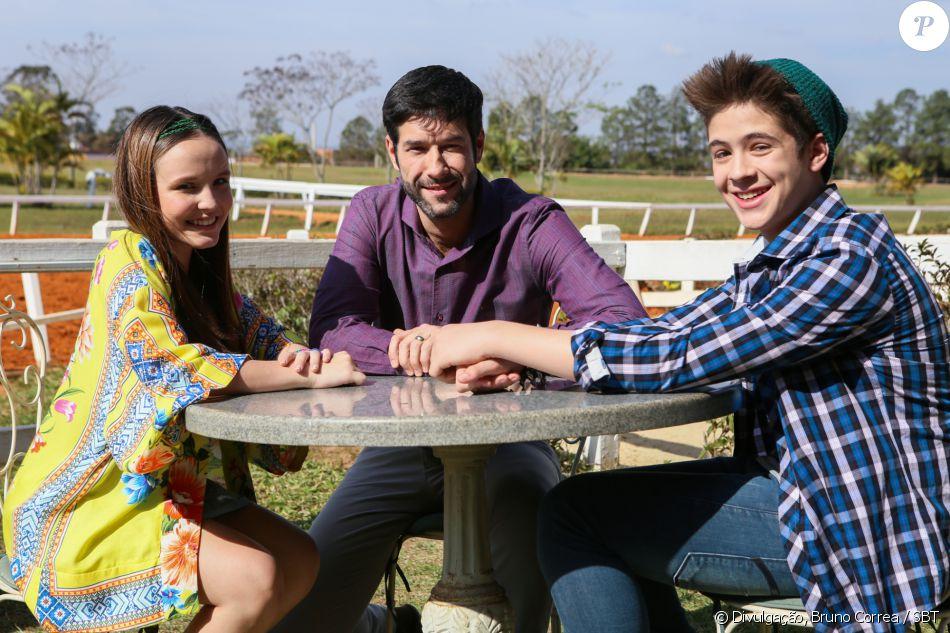 Manuela (Larissa Manuela) apresenta Joaquim (João Guilherme) a Maurício (Daniel Del Sarto), seu pai, na novela 'Cúmplices de um Resgate'