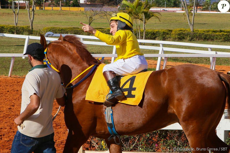 Nico (Giovanni Venturini) vence a corrida de cavalos na frente dos amigos do Vilarejo dos Sonhos, que ficam felizes com a conquista, na novela 'Cúmplices de um Resgate'