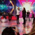 Xuxa ainda gravando o 'TV Xuxa' já com a bota ortopédica