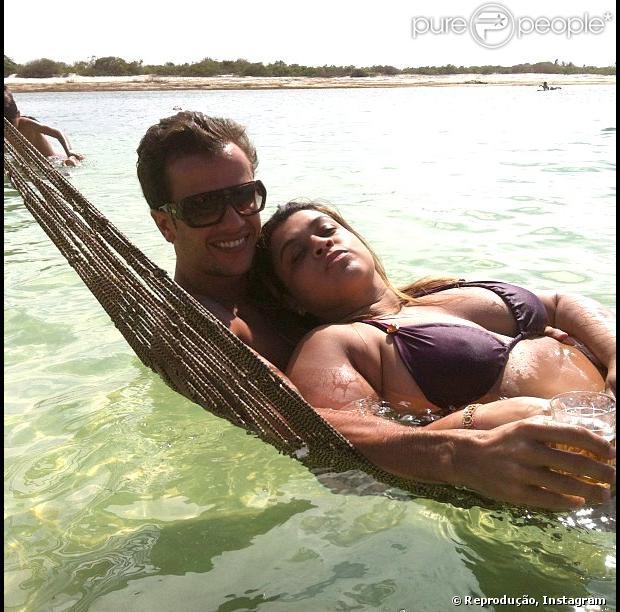 Preta Gil posa de biquíni, deitada no colo do marido, Carlos Henrique Lima; o mergulhador publicou a foto no Instagram em 3 de janeiro de 2013