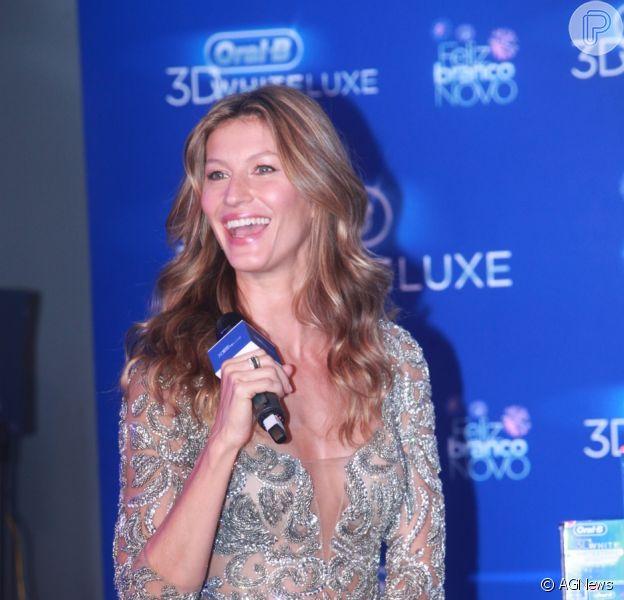 Gisele Bündchen escolhe vestido brilhoso com decote profundo da estilista brasileira Patricia Bonaldi no dia 10 de dezembro de 2013