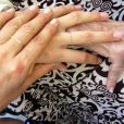 Xuxa publicou em seu Facebook uma foto com sua mão, a de Sasha e a de sua mãe, dona Alda