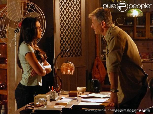 Celina (Mariana Rios) se espanta ao perceber que o delegado é parceiro de Kléber (Marcello Novaes), em 'Além do Horizonte', em 6 de janeiro de 2014