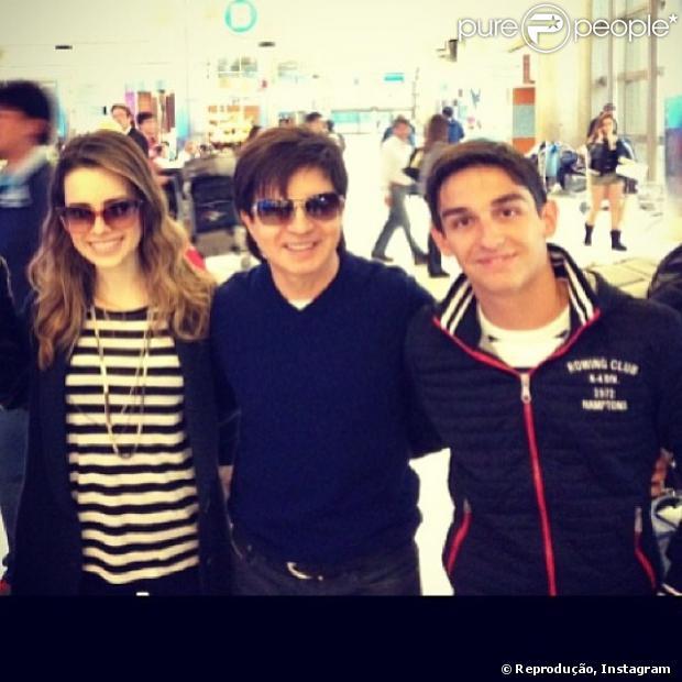 Sandy tira foto com fã no aeroporto da Califórnia, Estados Unidos