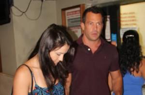Malvino Salvador e a namorada, Kyra Gracie, prestigiam peça de Eriberto Leão