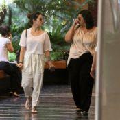 Cleo Pires aposta em blusa transparente para passear em shopping carioca