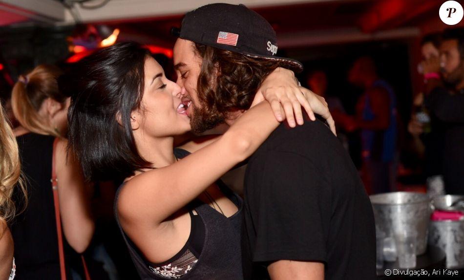 Pablo Morais e a namorada, Letícia Almeida, trocam beijos na festa Rocka Rocka, no Rio, nesta sexta-feira, 2 de dezembro de 2016