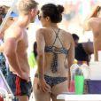 Nina Dobrev curte praia com amigos, em Copacabana, Zona Sul do Rio de Janeiro, na tarde desta terça-feira, 6 de dezembro de 2016