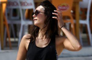 Nina Dobrev, com curativo na testa, joga vôlei com amigos em praia no RJ. Fotos!