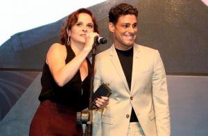 Vídeo: Cauã Reymond ganha beijo da namorada após ganhar prêmio de melhor ator