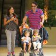 Marcelo Serrado, pai dos gêmeos Felipe e Guilherme, de 3 anos, e de Catarina, de 10, priorizou o trabalho em função da família: 'Não consegui tirar férias. Vamos trabalhar pra sustentar as crianças'
