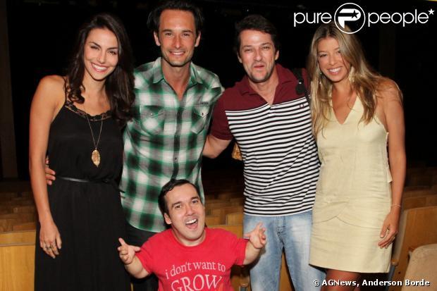 Rodrigo Santoro levou sua namorada, a também atriz Mel Fronckowiak, para assistir ao espetáculo do amigo, Marcelo Serrado na noite de sábado, 11 de janeiro de 2014