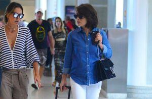 Juliana Paes dispensa cachos e exibe cabelo liso em aeroporto no Rio. Fotos!