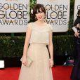 Zooey Deschanelusou um vestido da grife Oscar De La Renta no Globo de Ouro 2014
