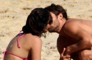 Pablo Morais beija Letícia Almeida em praia do Rio após assumir namoro. Fotos!